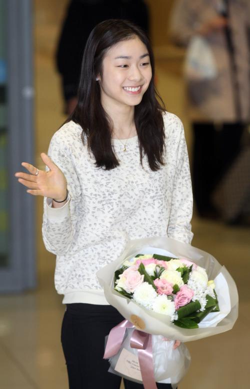 Kim_Yu_Na_with_flowers_Seoul_March_20_2011