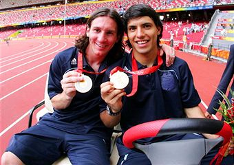 Lionel Messi and Sergio Aquero with gold medals