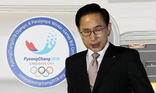 Lee_Myung-bak__arrives_in_Durban_July_3_2011
