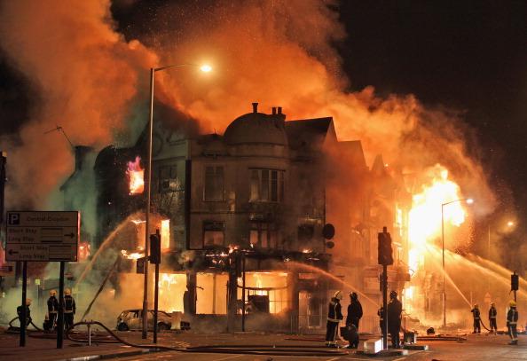 London_Riot_Croydon_shop_burning_August_9_2011