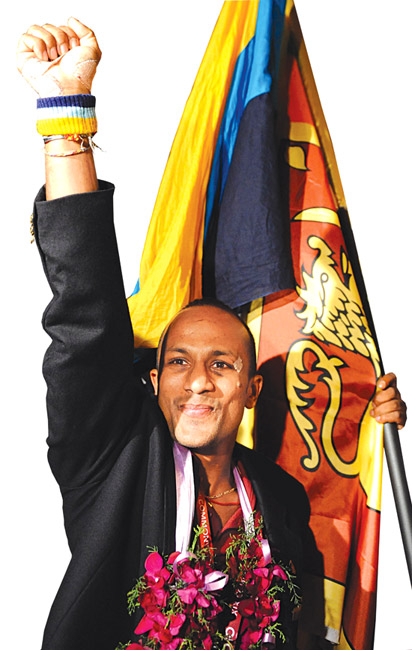 Manju_Wanniarachchi_in_front_of_Sri_Lanka_flag