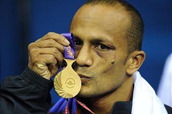 Manju_Wanniarachchi_kissing_gold_medal_October_2010