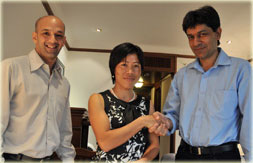 Mary_Kom_signs_with_OGQ