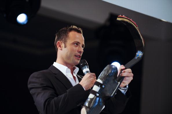 Oscar_Pistorius_showing_Cheetah_blades_March_2011