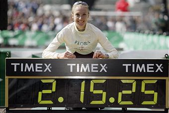 Paula_Radcliffe_with_world_record_clock_April_13_2003