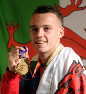 Sean_McGoldrick_with_Commonwealth_Games_gold_medal_2