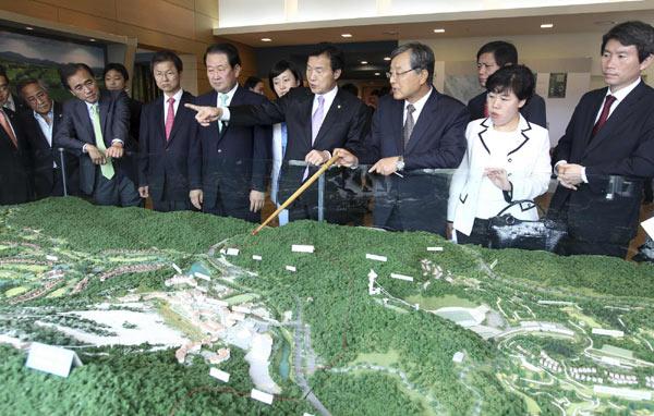 Sohn_Hak-kyu_inspects_Pyeongchang_plans_July_11_2011