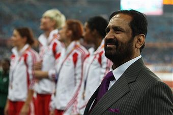 Suresh_Kalmadi__standing_in_stadium_October_12_2010