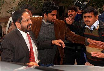 Suresh_Kalmadi_arrives_to_be_questioned_by_police_January_2011