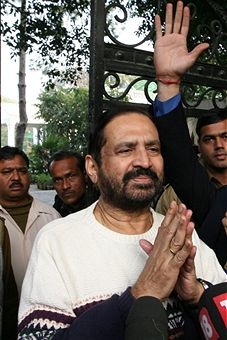 Suresh_Kalmadi_praying_December_2010