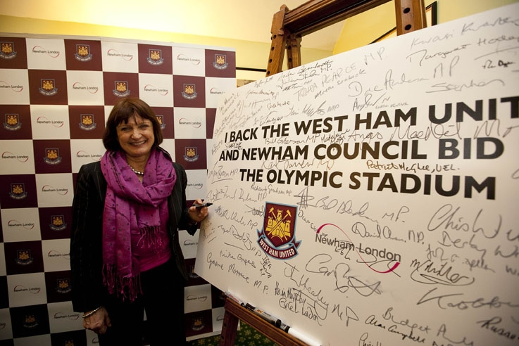 Tessa_Jowell_signs_board_supporting_West_Ham_January_27_2011