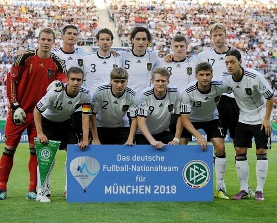 germanys_national_football_team._From_left_to_right_Manuel_Neuer_Mario_Gomez_Arne_Friedrich_Mats_Hummels_Toni_Kroos_Simon_Rolfes_06-06-11.jpg