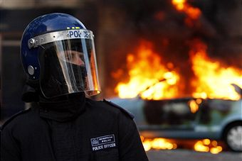 Hackney_riots_with_police_August_8_2011